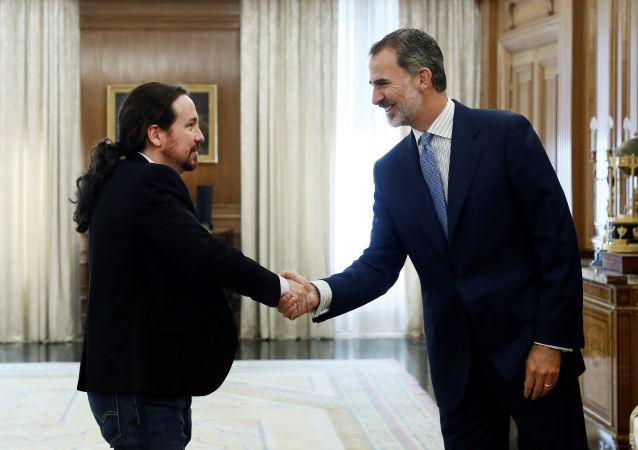 El secretario general de Podemos, Pablo Iglesias, y el rey Felipe VI