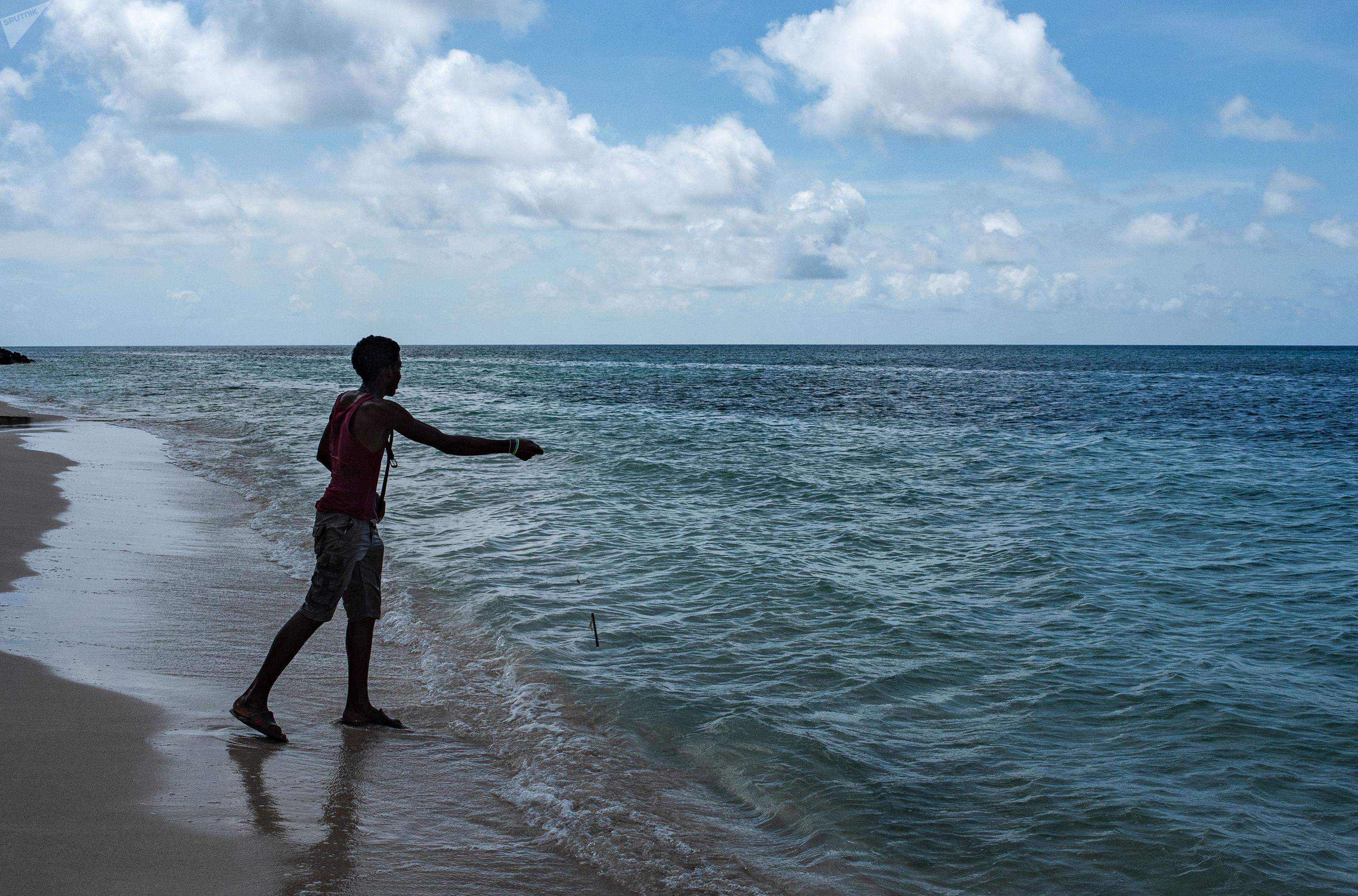 Un chico pescando en Big Corn Island