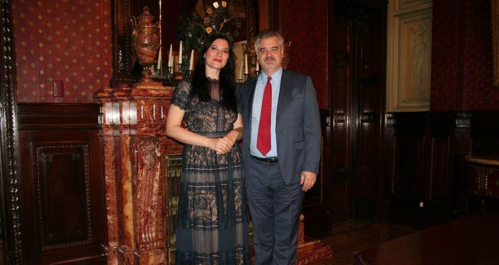 Cantante lírica Evgenia Pirshina junto al embajador ruso en Uruguay, Nikolái Sofinski