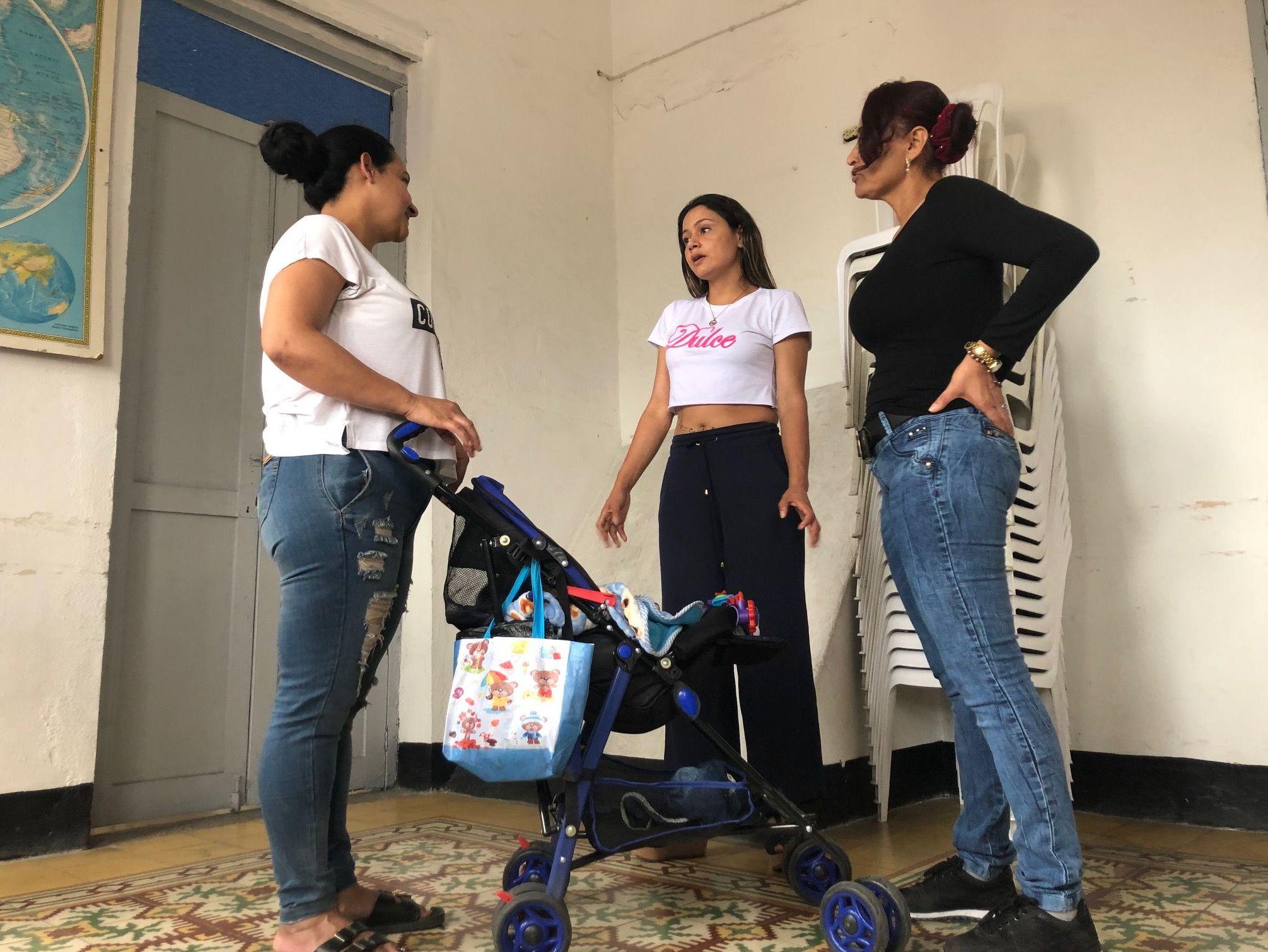 Las tres exguerrilleras juntas: Mónica, Patrícia y Sami