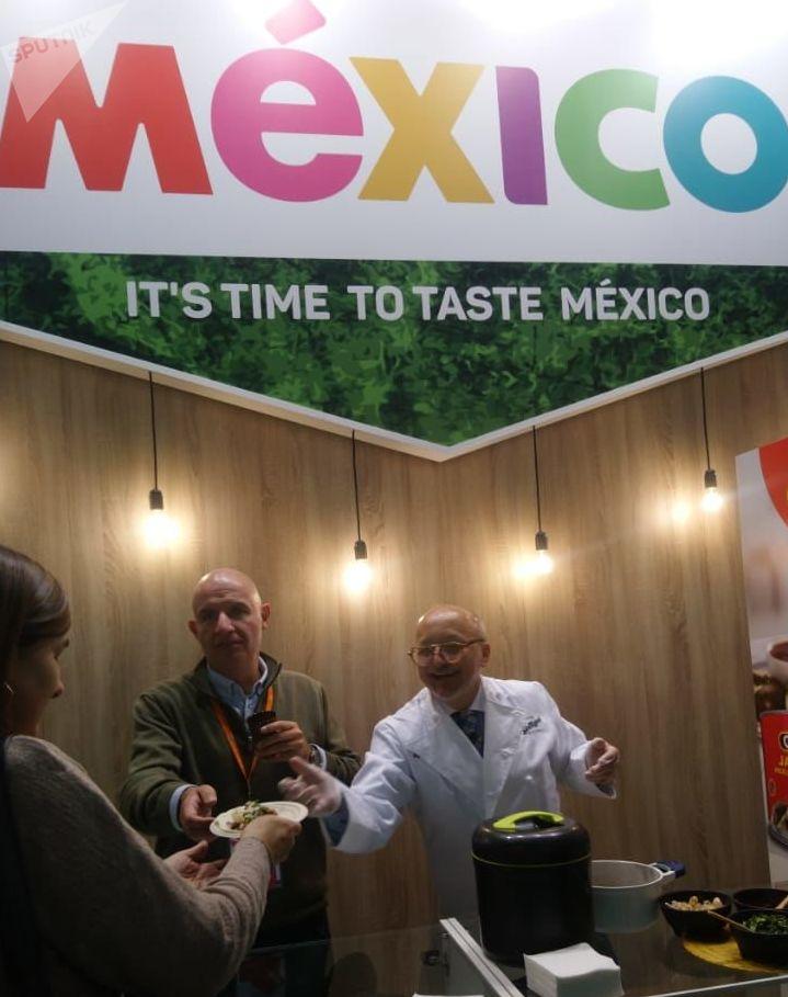 Los visitantes de la feria alimentaria internacional WorldFood en Moscú prueban comida mexicana