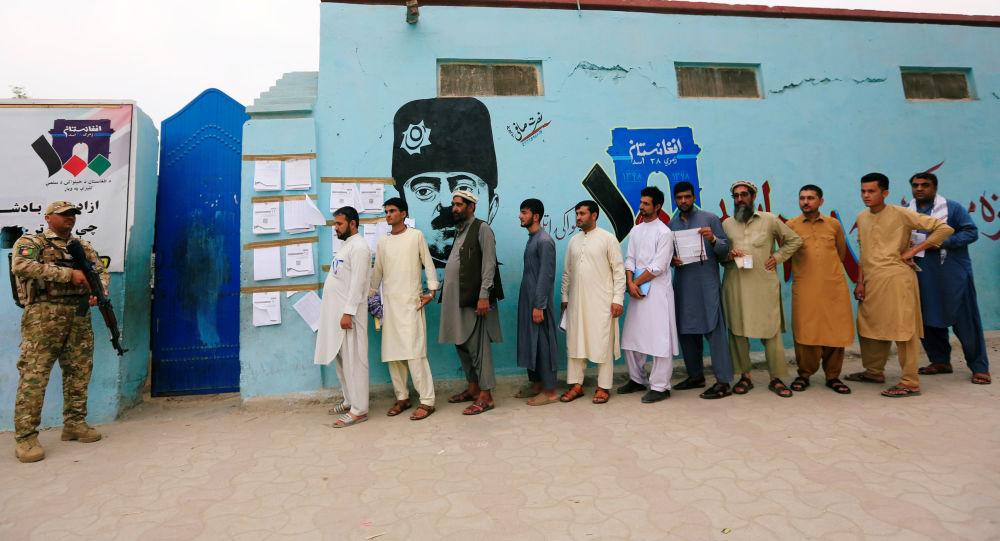 Hombres haciendo cola para votar en las presidenciales afganas