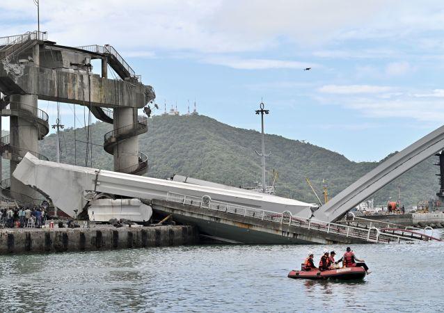 Los rescatistas tras el desplome del puente en Taiwán