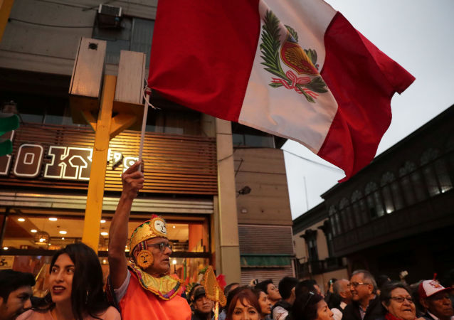 Un hombre con la bandera de Perú