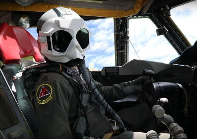 Un piloto estadounidense con el casco PLZT