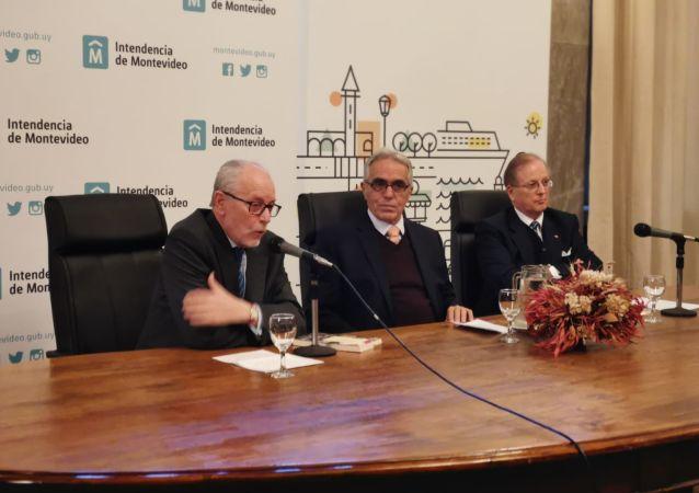 Al centro de la mesa, Diego García Sayán, excanciller y es ministro de Justicia de Perú durante la presentación de su libro 'Cambiando el Futuro' en Uruguay