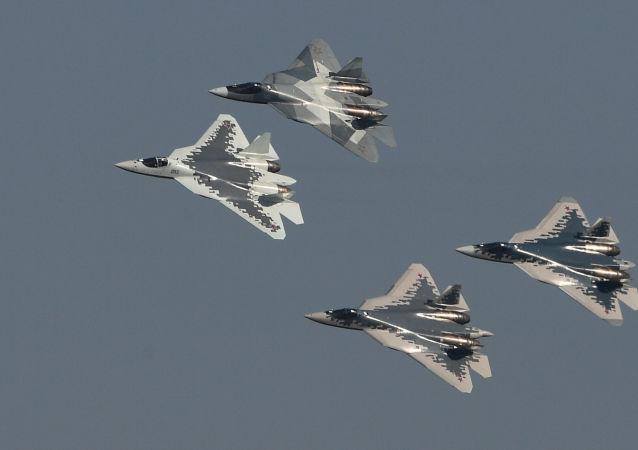 Los Su-57 con diferentes diseños de camuflaje