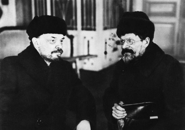 Los líderes soviéticos Vladímir Lenin y Mijaíl Kalinin en la Casa de los Sindicatos.