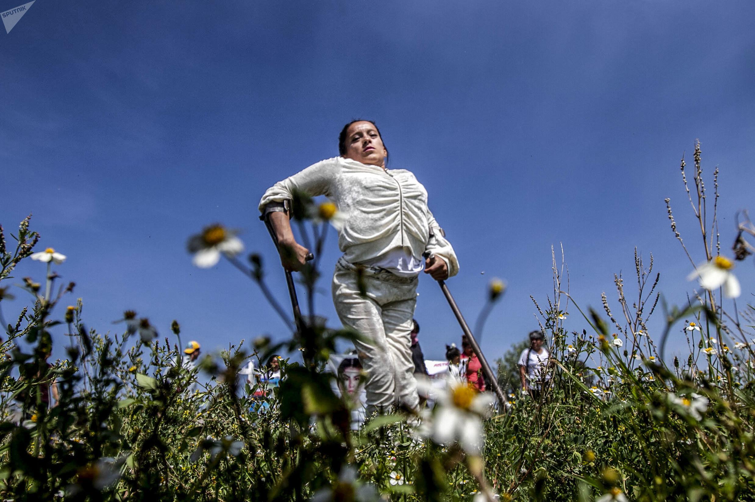 Integrante de la caravana contra el feminicidio en Ecatepec, en la colonia Jardines de Morelos, Estado de México