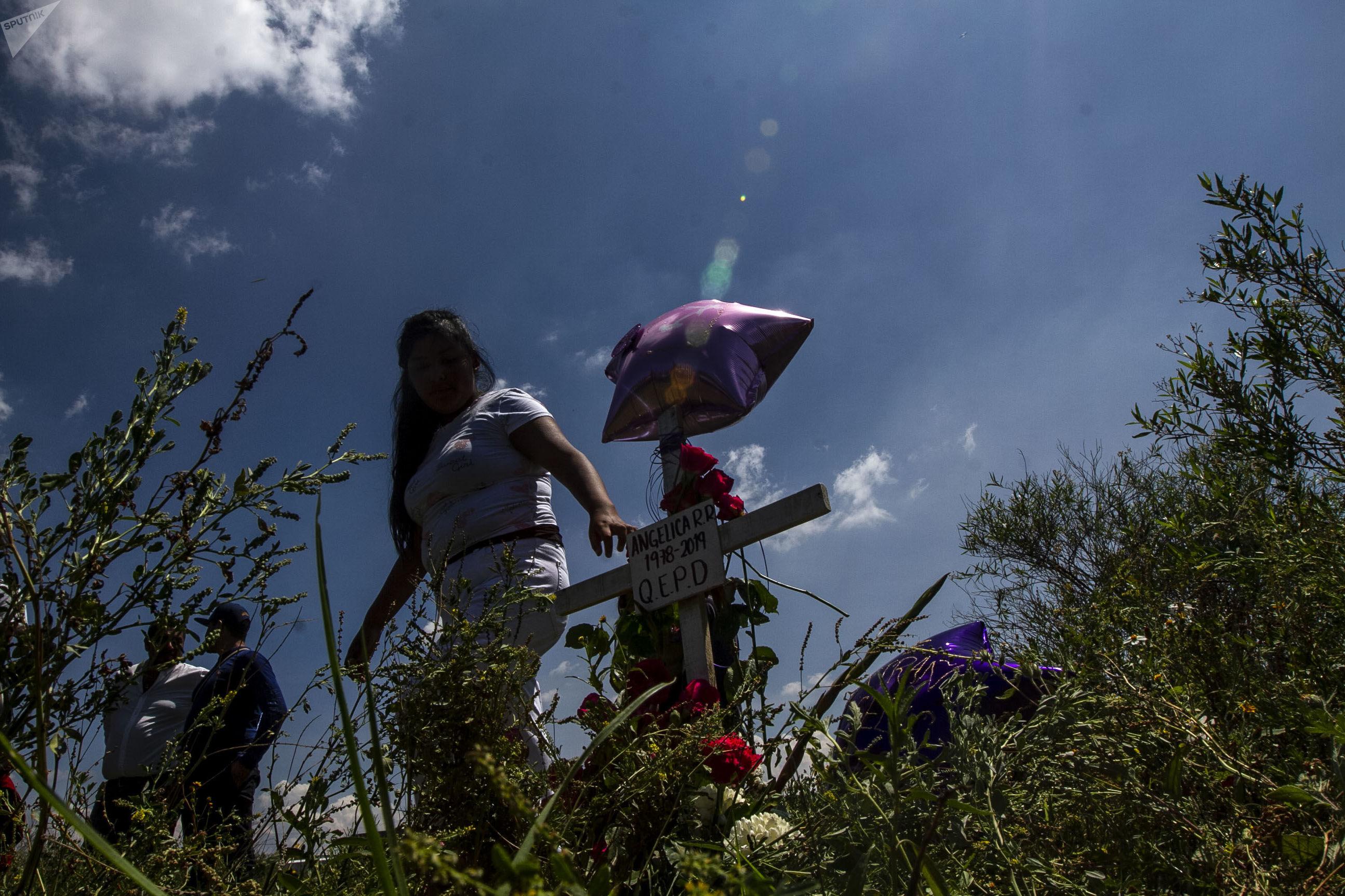 Familia de Angélica y Karla colocan cruces en la colonia Jardines de Morelos, en el sitio del doble feminicidio, durante la caravana contra el feminicidio en Ecatepec, Estado de México
