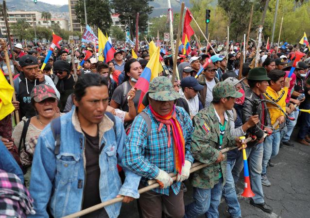 Manifestantes se movilizan contra las medidas de Lenín Moreno en Quito, Ecuador