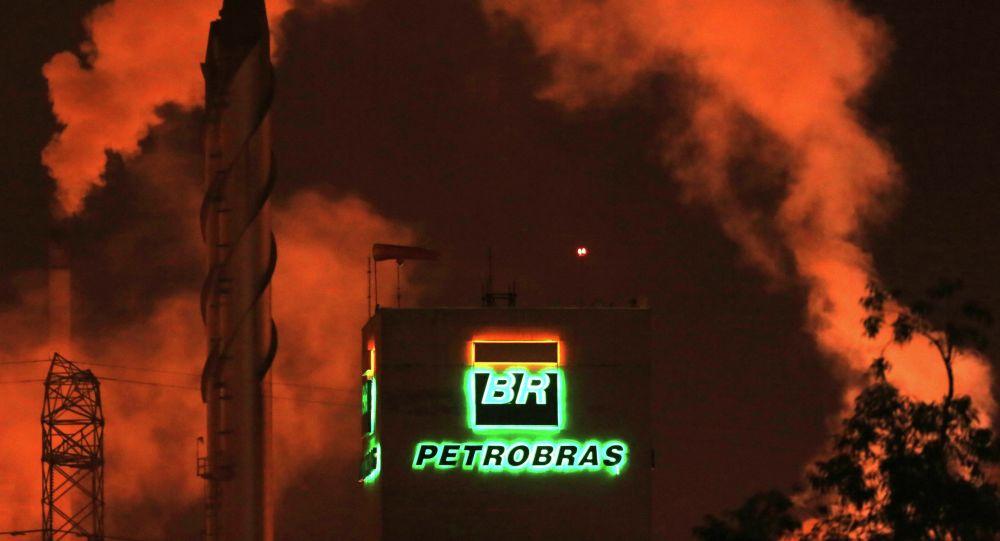 Logo de Petrobras en una refinería