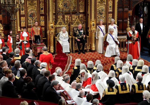 La reina Isabel II en la apertura de la sesión parlamentaria del Reino Unido
