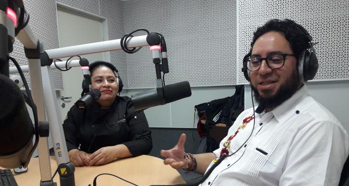 Charo Fernández y Édgar Olguín en los estudios de Radio Sputnik
