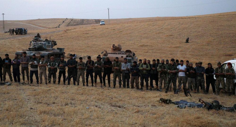 Fuerzas pro-turcas en las afueras de Manbij, Siria