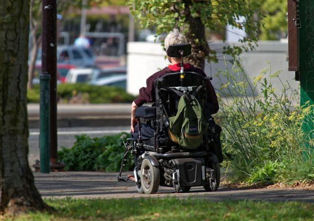 Un hombre en una silla de ruedas robótica (imagen referencial)