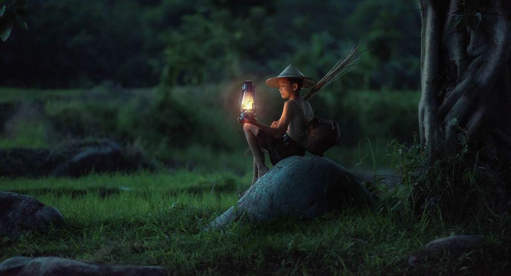 Un chico con la lámpara (imagen referencial)