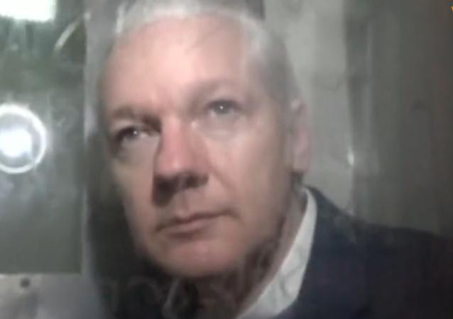Julian Assange, captado dentro de una furgoneta policial
