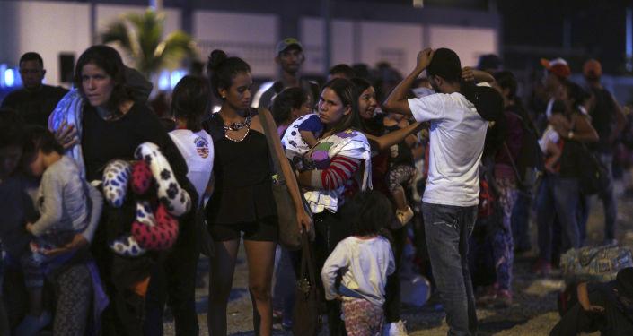 Migrantes venezolanos en la frontera entre Ecuador y Perú