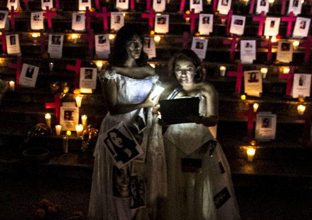 Altar a las víctimas de feminicidio de México colocado en el Ángel de la Independencia el 1 de noviembre de 2018