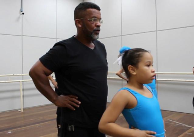 Un albañil brasileño asiste a clases de ballet y desafía los estereotipos