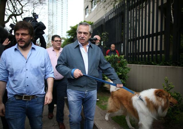 Alberto Fernández y su perro Dylan
