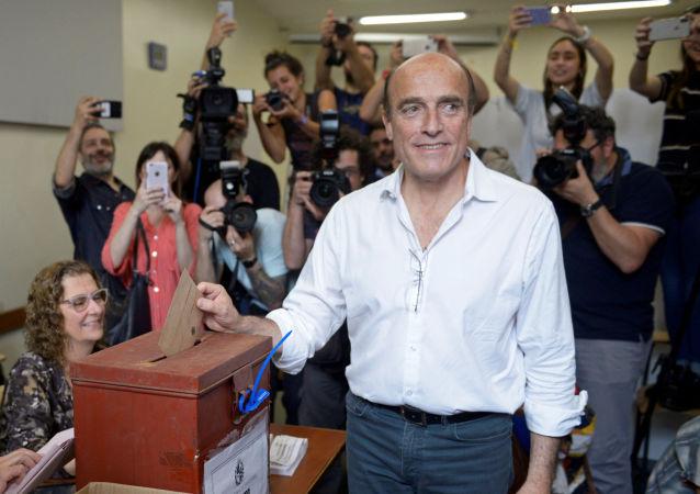 Daniel Martínez, candidato por el Frente Amplio emite su voto en las elecciones generales de Uruguay