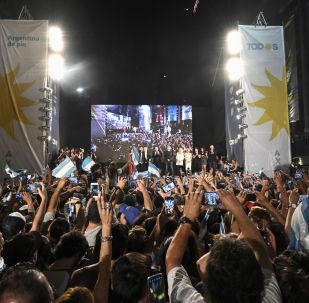 Argentinos celebrando la victoria del candidato presidencial Alberto Fernández