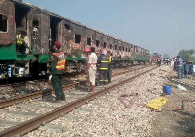 Tren en Pakistán tras el incendio