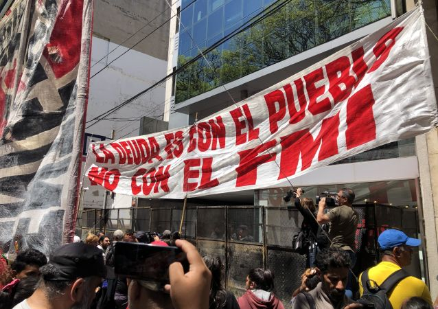 Argentinos protestan frente a la sede del FMI en Buenos Aires