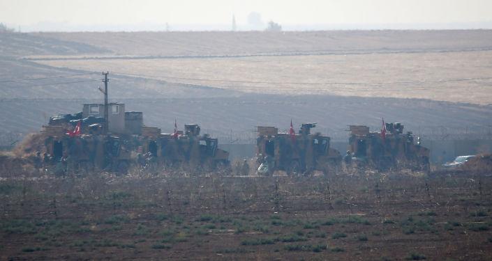Vehículos blindados turcos en la frontera con Siria