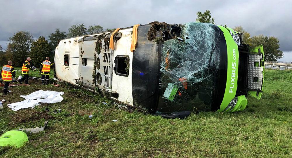 Un autobús de la compañía Flixbus vuelca al tomar la salida de la autopista A1