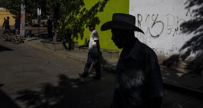 Músicos caminan en las calles del pueblo durante el Día de Muertos guiando la danza de los diablos