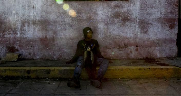 Diablo descansa al terminar el primer día de desfile durante las fiestas del Día de Muertos