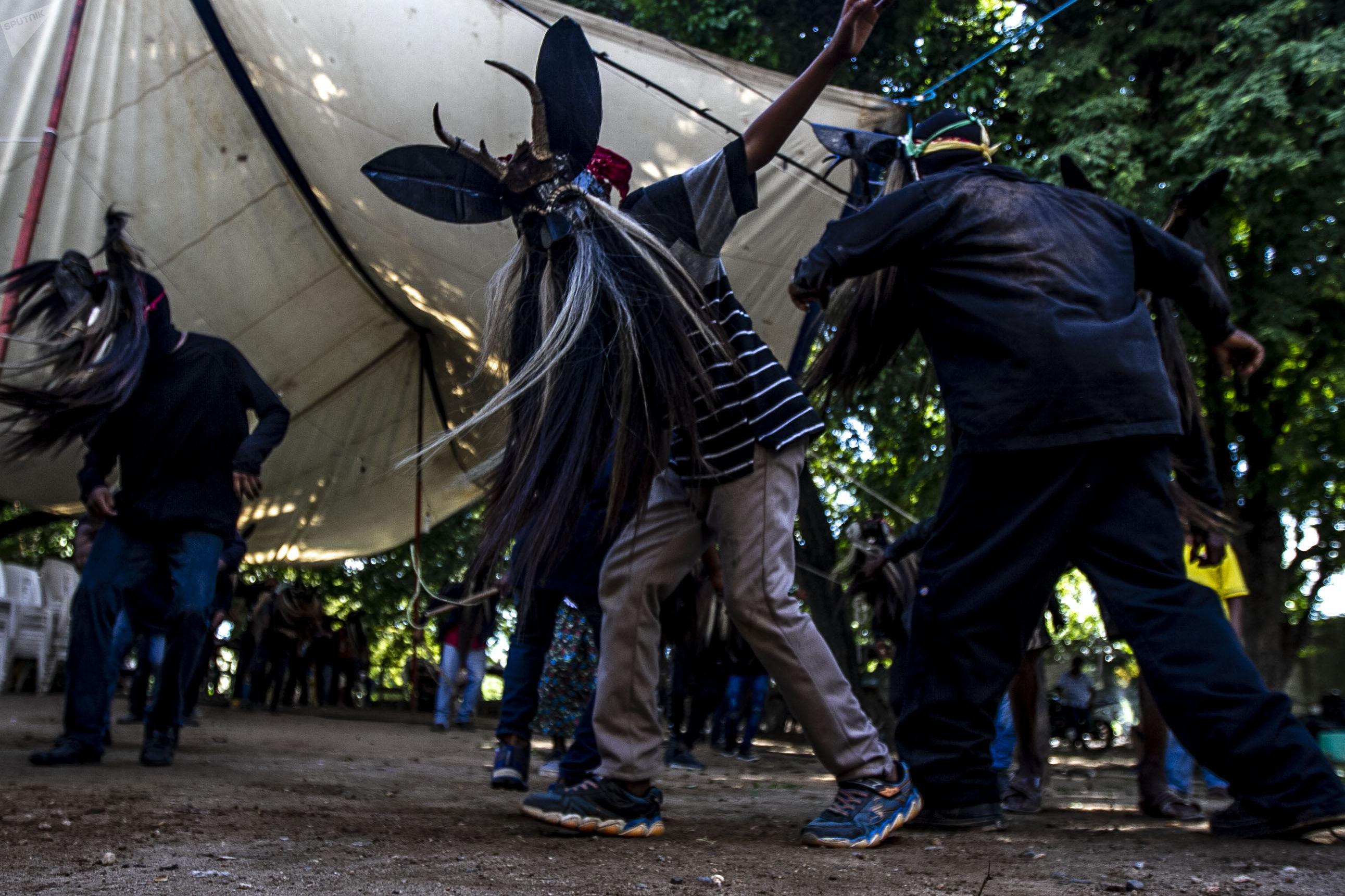 Cuajinicuilapa, Guerrero. Un joven en la Danza de los Diablos durante el día de muertos en la región Costa Chica