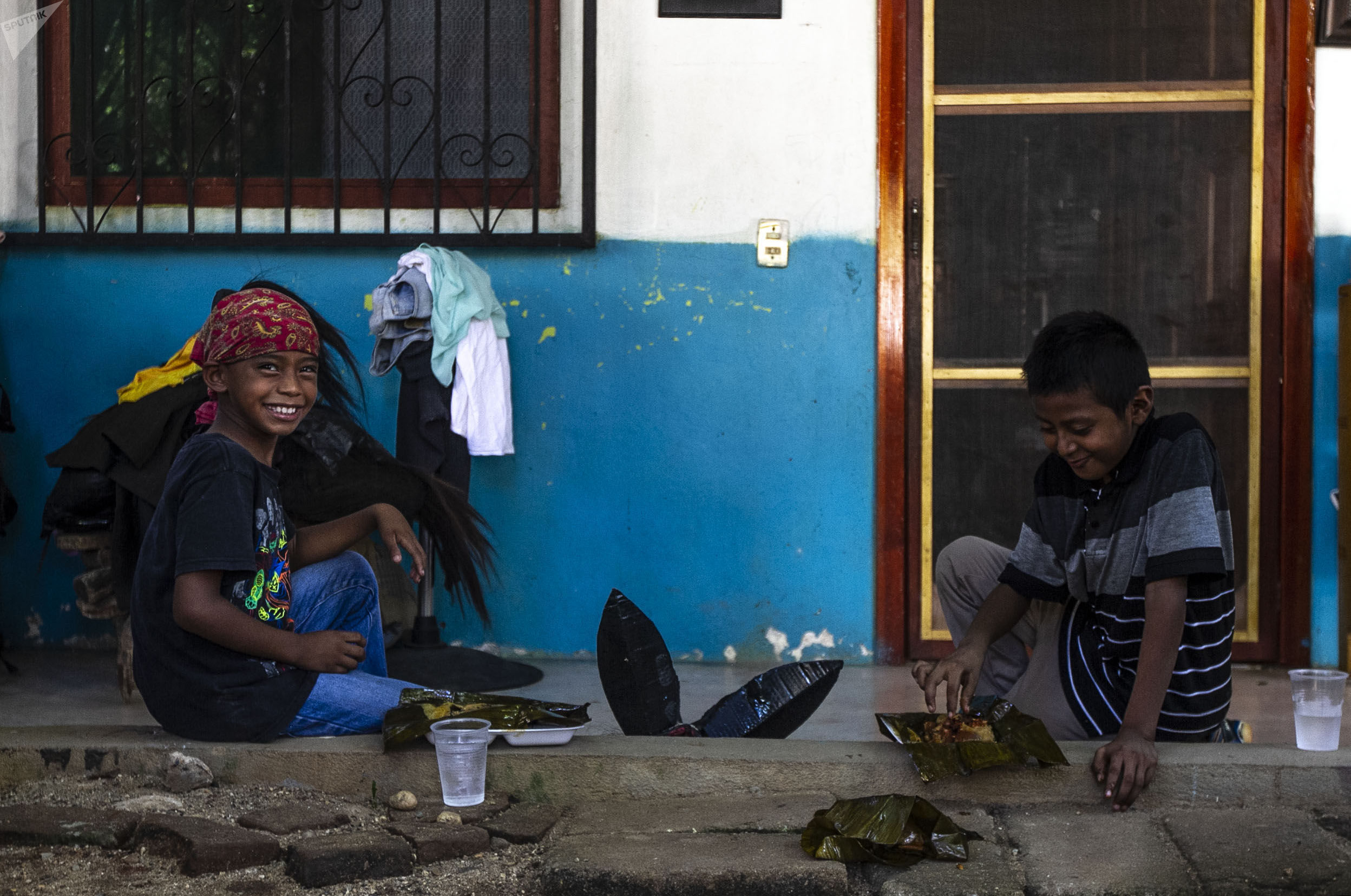 Cuajinicuilapa, Guerrero. Dos niños descansan tras el último día de la Danza de los Diablos, para festejar día de muertos en la región Costa chica