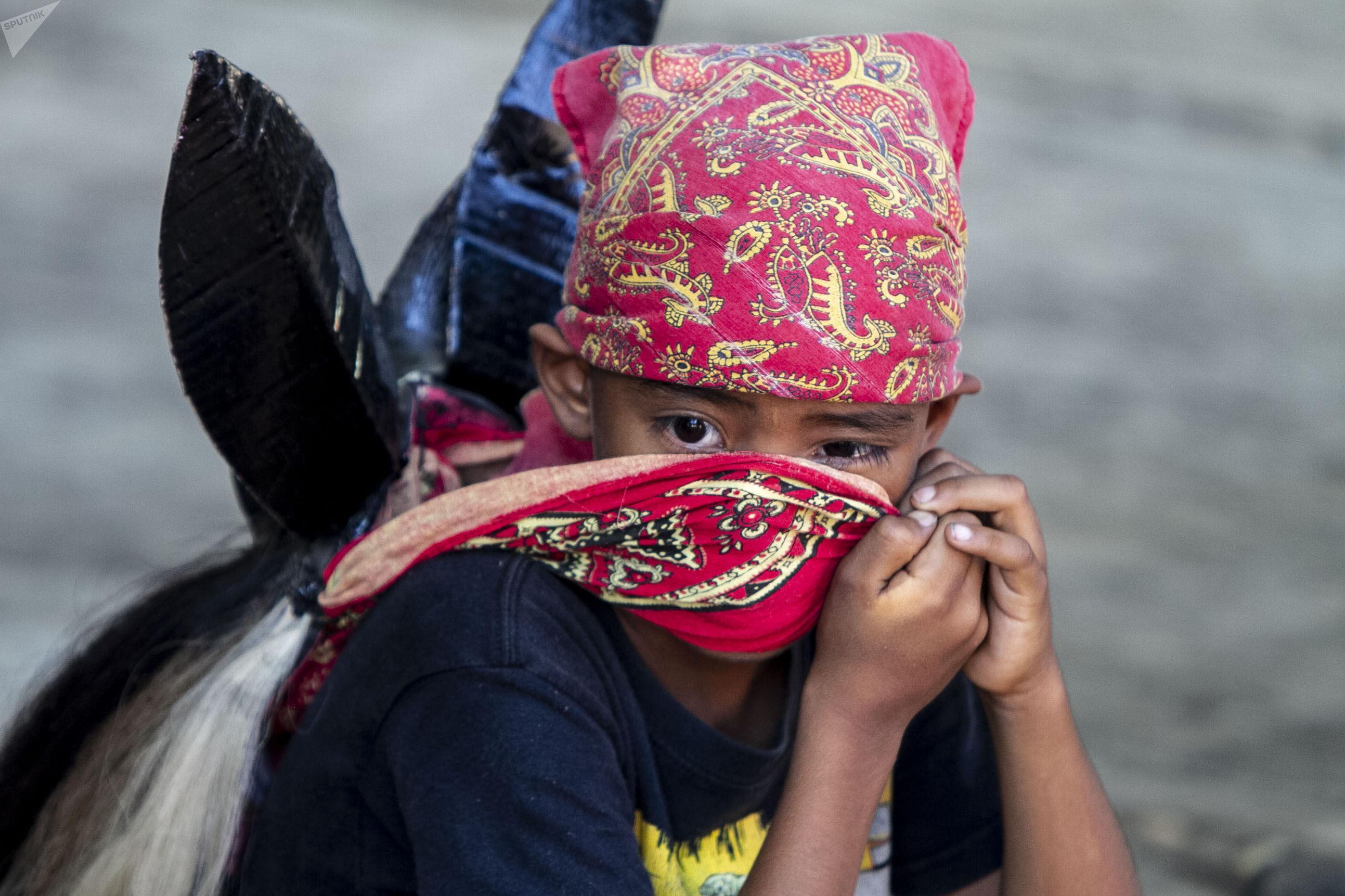 Cuajinicuilapa, Guerrero. Un niño se coloca la máscara para la danza de los diablos, costumbre afromexicana practicada en su mayoría por jóvenes