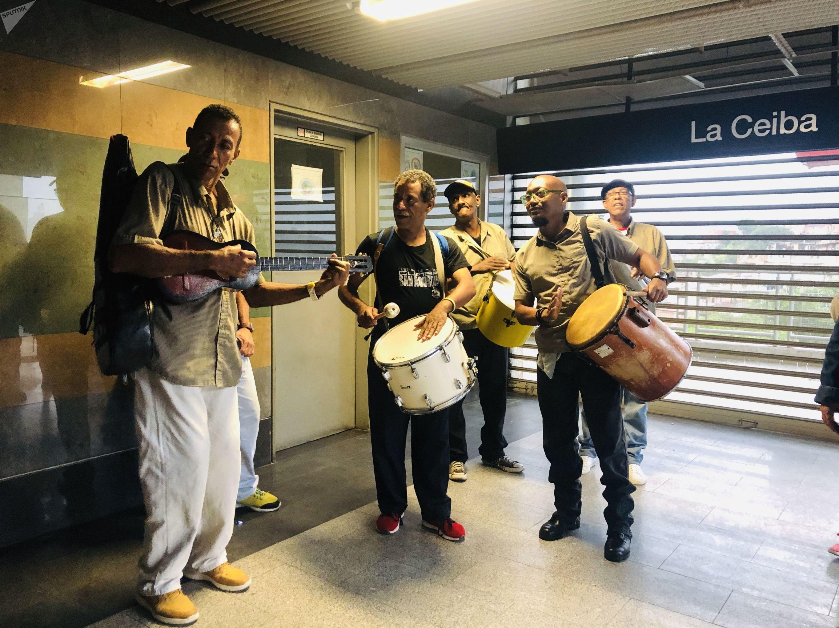 Músicos en la estación de teleférico La Ceiba, San Agustín, Caracas