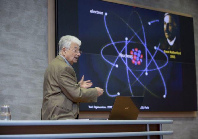 Yuri Oganesián, científico ruso