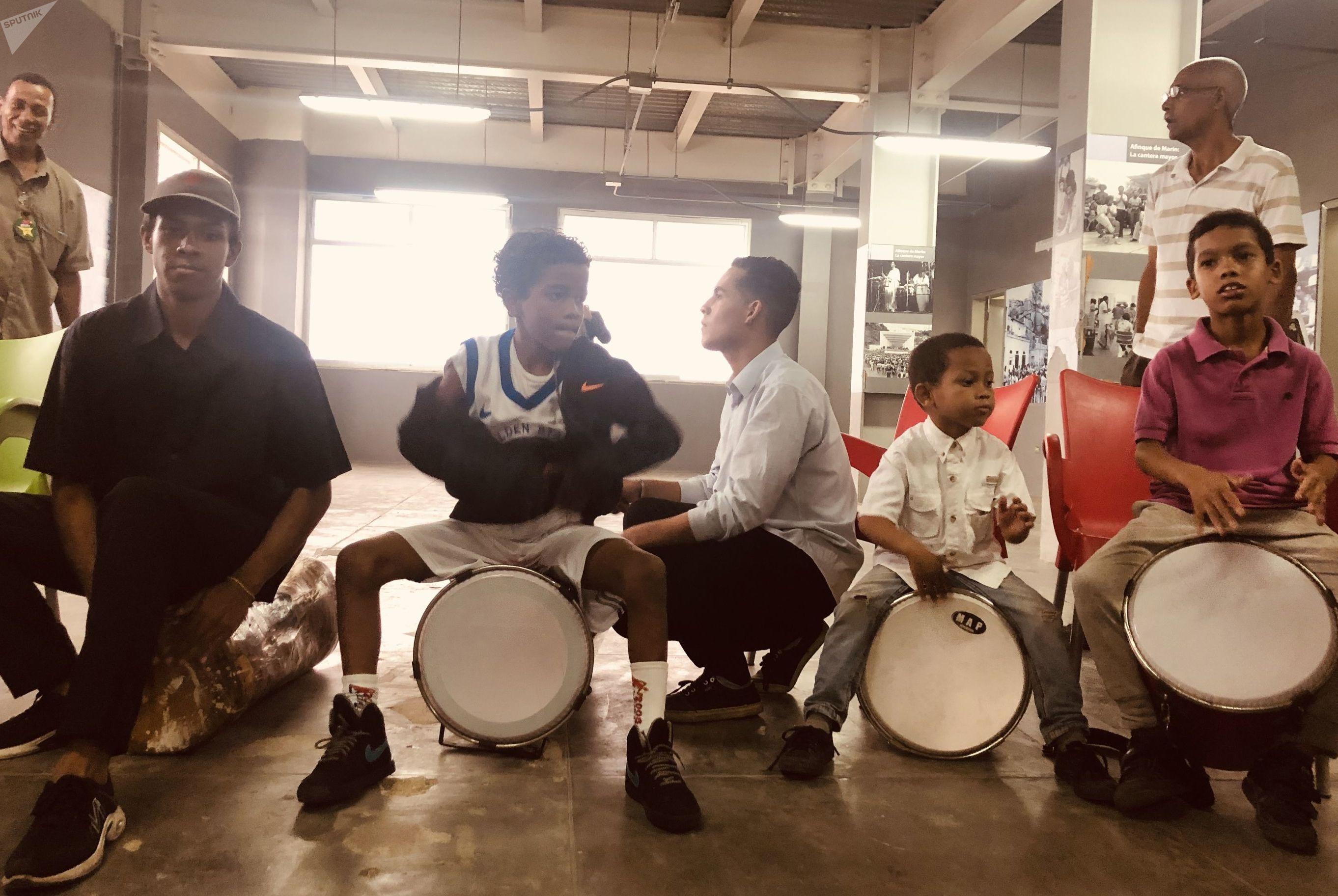Niños estudiantes de percusión