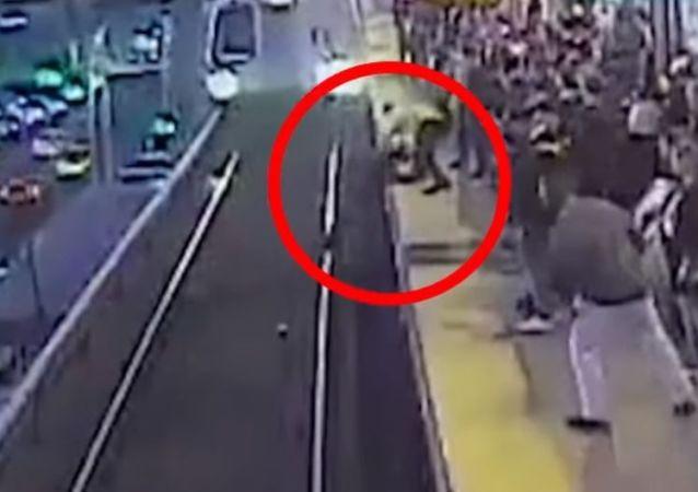 El aterrador momento en el que un hombre se cae a la vía del metro justo delante de un tren