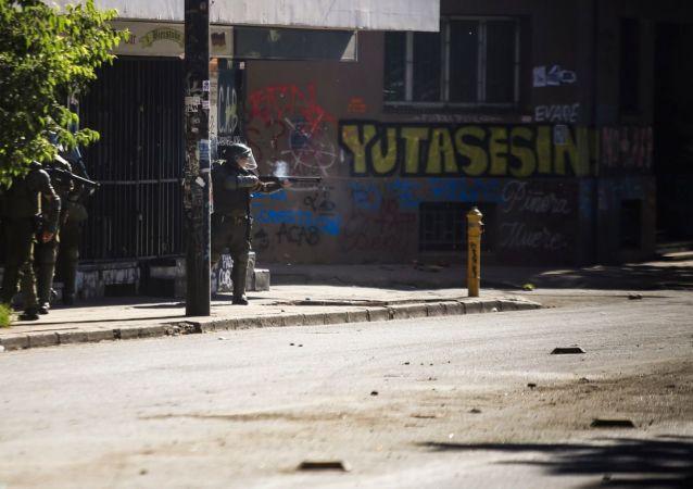 Carabineros de Chile disparan hacia los manifestantes