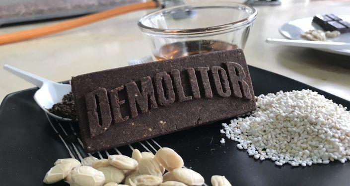 Demolitor, barra de cereales hecha con polvo de insectos