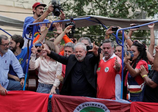 Lula se dirige a sus seguidores antes de su gira por Brasil