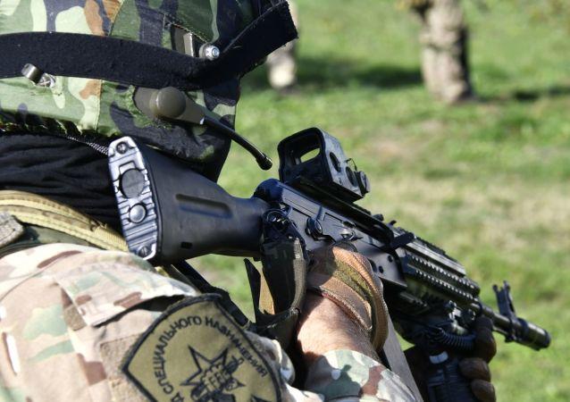 Un militar ruso con un fusil Kalashnikov