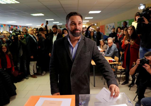 El líder el partido español de extrema derecha Vox vota en las elecciones generales del 10 de noviembre