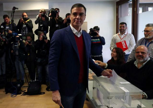 El presidente en funciones y secretario general del PSOE, Pedro Sánchez, emite su voto durante las elecciones generales en Pozuelo de Alarcón, cerca de Madrid (España).