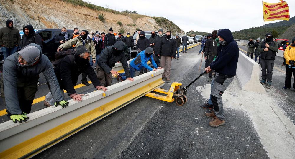Un grupo de independentistas catalanes corta la frontera entre España y Francia