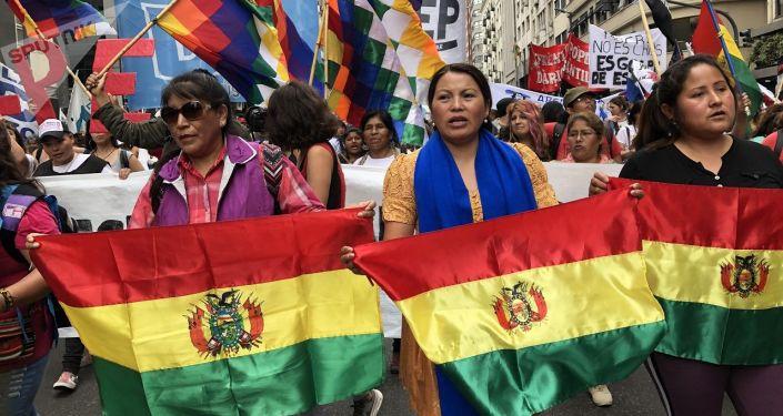 Sandra Carreño (centro), secretaria general de la La Confederación Nacional de Mujeres Campesinas Indígenas Originarias de Bolivia - Bartolina Sisa, en Argentina