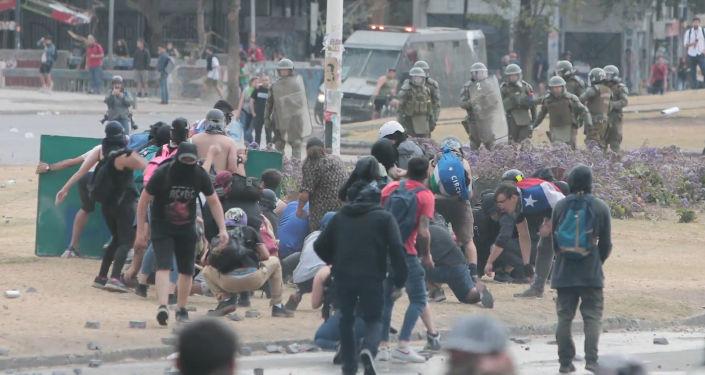 Los manifestantes y la Policía vuelven a enfrentarse en las calles chilenas